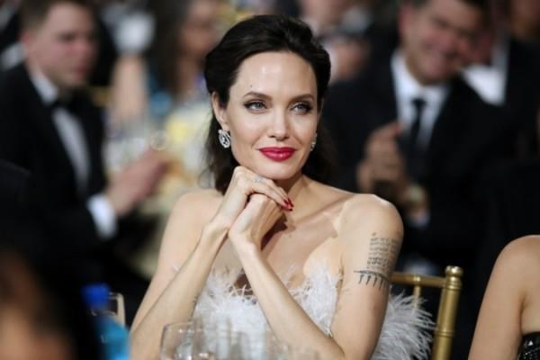 Angelina Jolie Lächeln auf ihr Gesicht