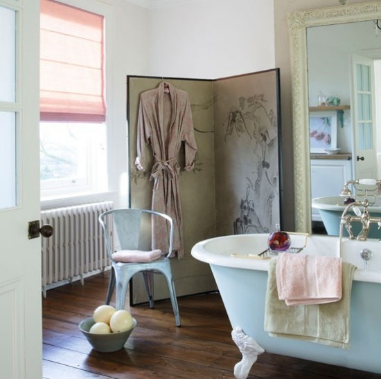 Badezimmer mit weiblichem Gespür Bad im Retro-Stil viel Licht zarte Farben