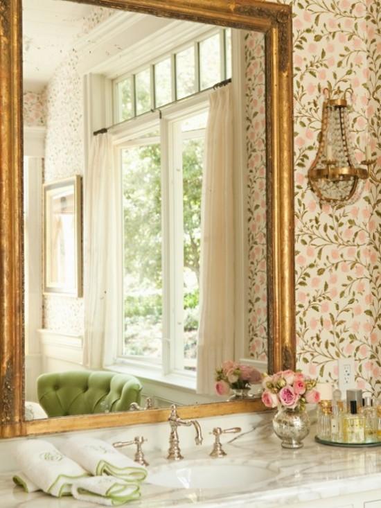 Badezimmer mit weiblichem Gespür Blumenmuster großer Wandspiegel in vergoldetem Rahmen