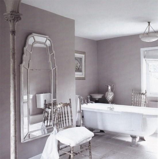 Badezimmer mit weiblichem Gespür Retro-Stil zarte Flieder Nuance Silberakzente