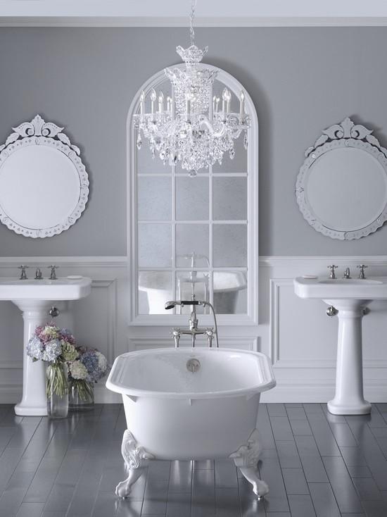 Badezimmer mit weiblichem Gespür Symmetrie zwei Waschtische Badewanne