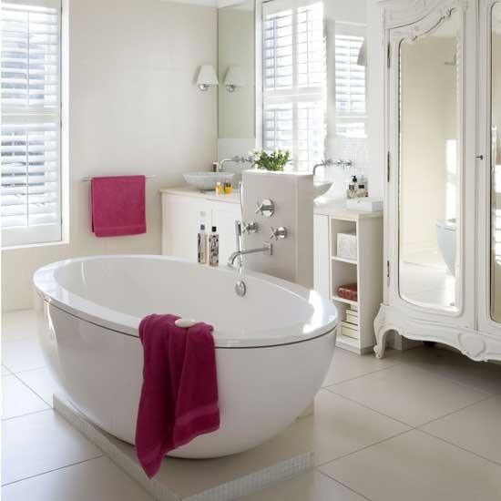 Badezimmer mit weiblichem Gespür Tücher in Magenta visuelle Akzente im weißen Bad