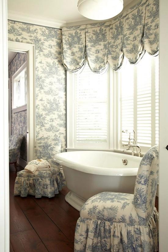 Badezimmer mit weiblichem Gespür Tapeten Vorhänge Sesselhülle im gleichen Blumenmuster