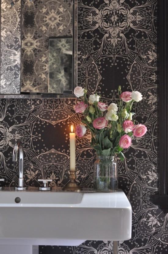 Badezimmer mit weiblichem Gespür dunkle feingemusterte Tapete Blumen im Vordergrund