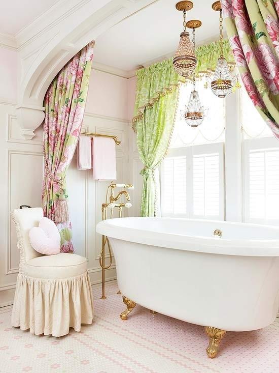 Badezimmer mit weiblichem Gespür florale Muster auf den Vorhängen