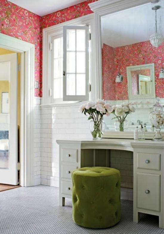 Badezimmer mit weiblichem Gespür grasgrüner Hocker Toilettentisch Spiegel