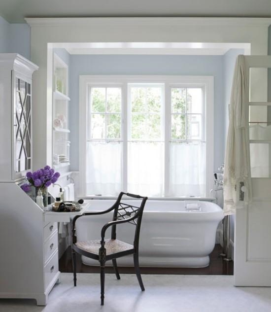 Badezimmer mit weiblichem Gespür helles Bad in weiß viel Tageslicht Fliederblüten in Vase als Akzent