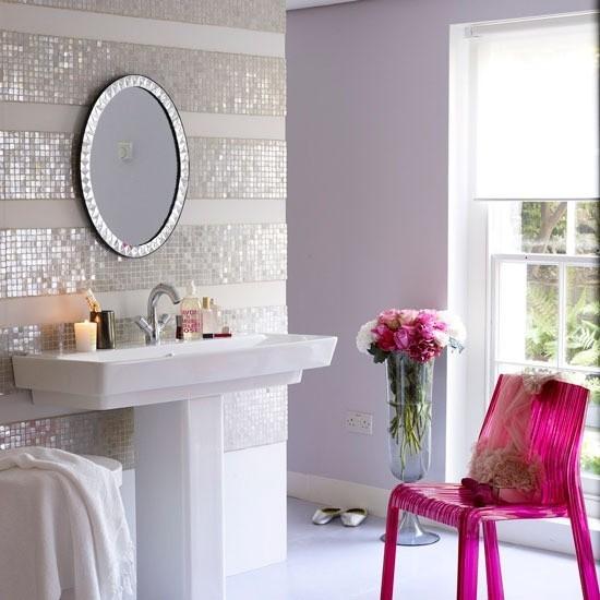 Badezimmer mit weiblichem Gespür weißes Interieur Plastikstuhl in Magenta