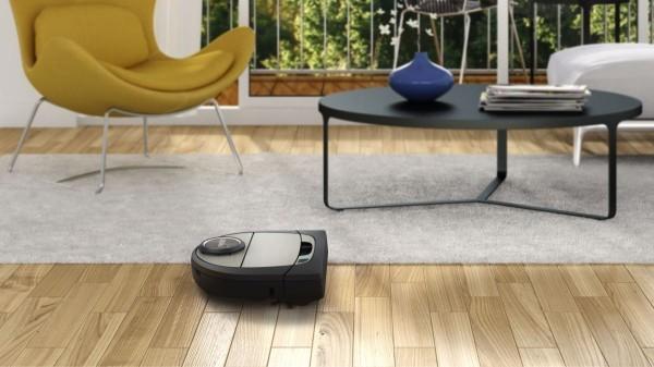 Breites Zimmer und ein Roboterstaubsauger