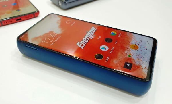 Energizer Power Max P18K Pop – Das witzigste Smartphone vom MWC 2019 blick von der seite auf dem gewaltigen smartphone
