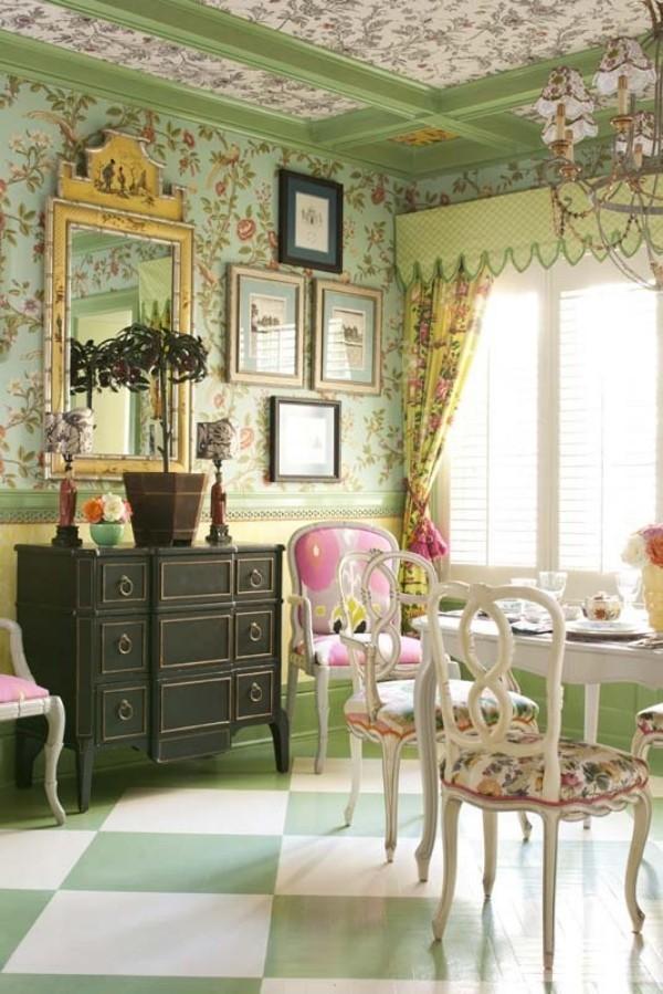 Esszimmer mit femininen Touches Blumenmuster überall auch auf der Zimmerdecke