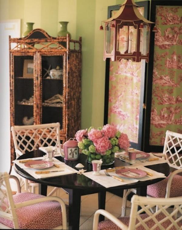Esszimmer mit femininen Touches Blumenmuster überall schön gedeckter Tisch