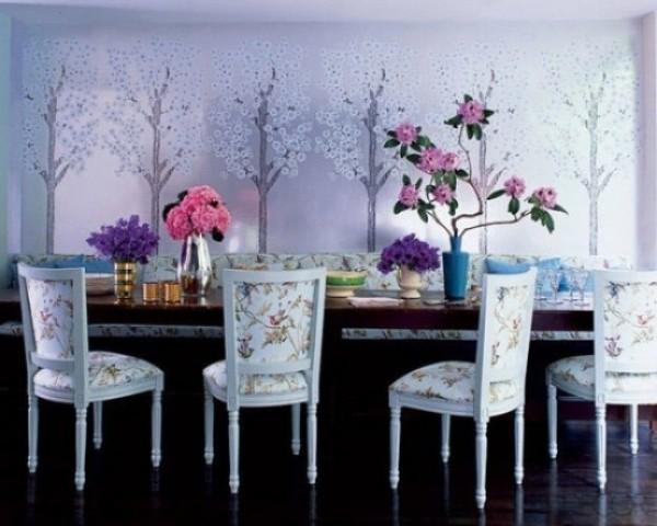 Esszimmer mit femininen Touches langer Esstisch Blumenmuster und frische Blumen