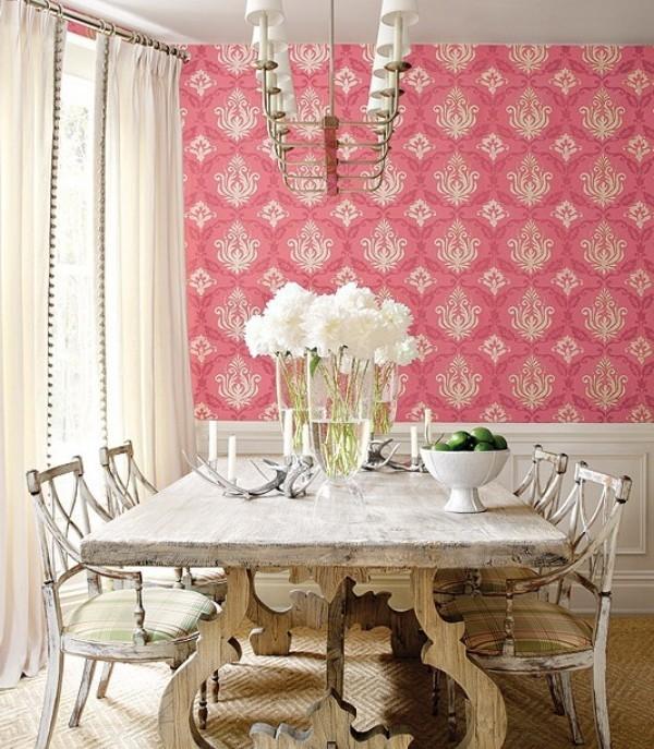 Esszimmer mit femininen Touches schön gemusterte Wandtapete in Rosa rustikales Raumdesign