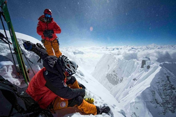 Futurelight – der weltweit fortschrittlichste Stoff von The North Face mit ski vom berg herunter absteigen