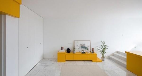 Kleine Wohnung minimalistisch eingerichtet Sideboard mit Kunststücken frischer Hauch