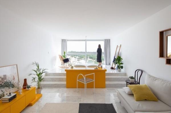 Kleine Wohnung minimalistisch eingerichtet gelbe Akzente Grünpflanzen