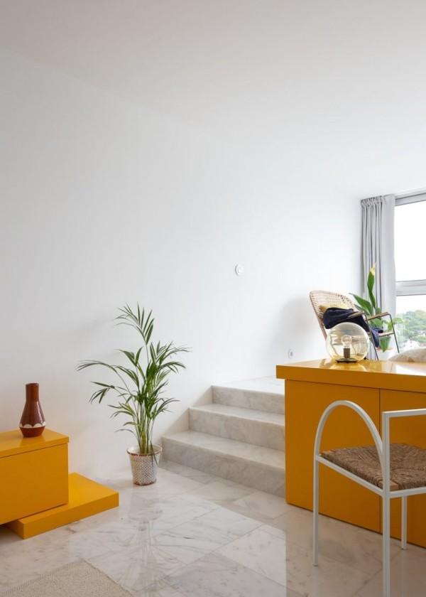 Kleine Wohnung minimalistisch eingerichtet gelbe Akzente künstlerisches Gefühl Liebe zum Detail