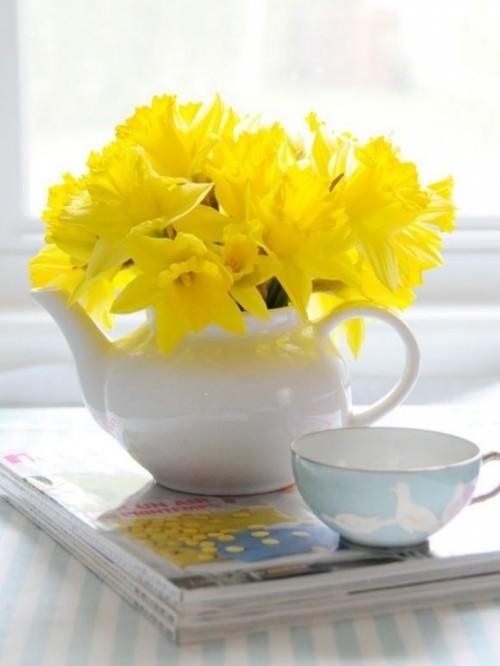 Narzissen Deko Ideen Osterglocken in weißer Vase Blickfang