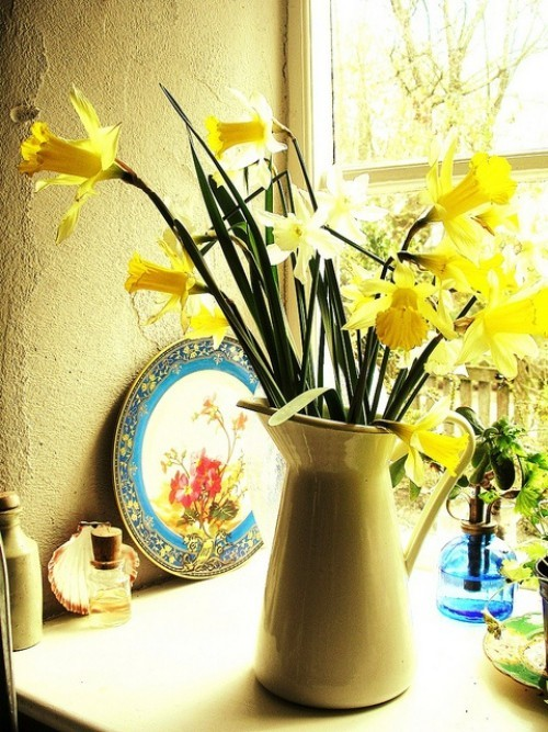 Narzissen Deko Ideen in Kanne schönes Blumenarrangement