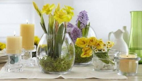 Narzissen Deko Ideen mit anderen Frühlingsblumen und Kerzen schönes Arrangement