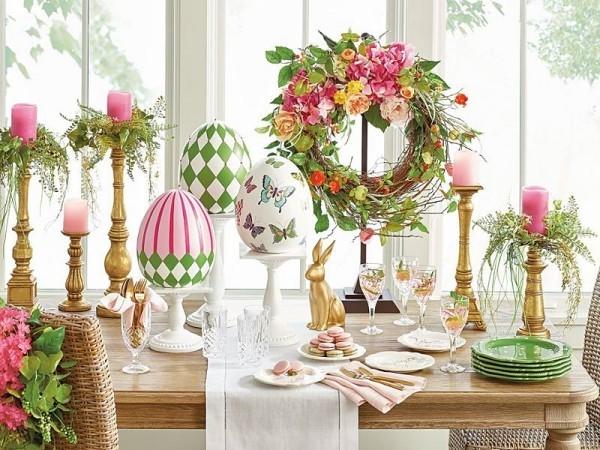 Osterdeko draußen Festtafel zu Ostern dekoriert bunt einladend Kranz große bunte Eier Kerzenhalter