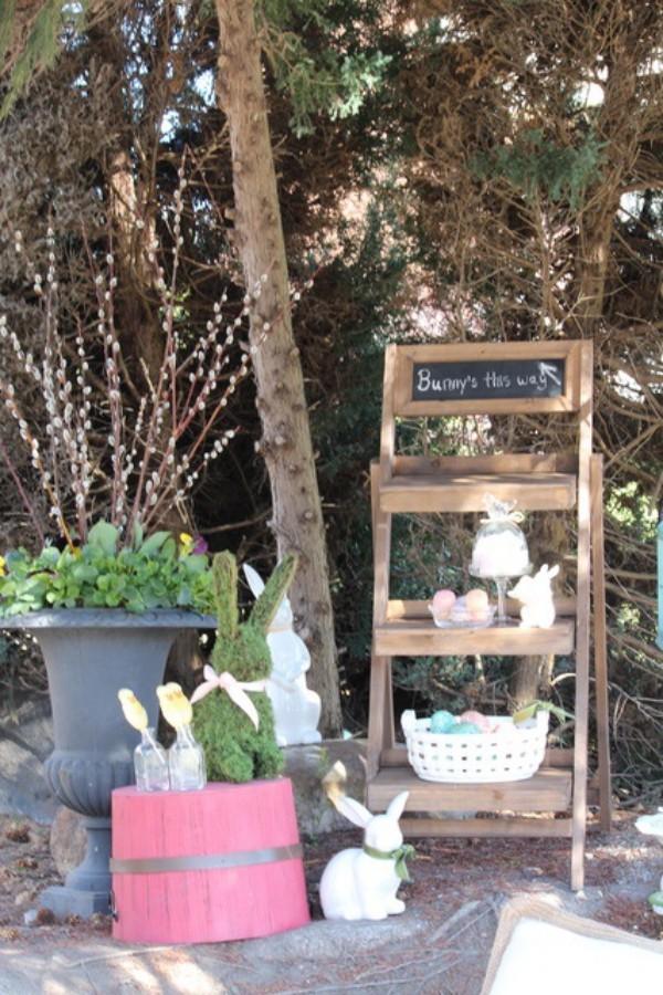 Osterdeko draußen Holzleiter im Garten dekoriert weiße Hasen