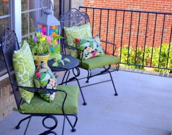 Osterdeko draußen Terrasse dekorieren bunte Sitzkissen Laterne