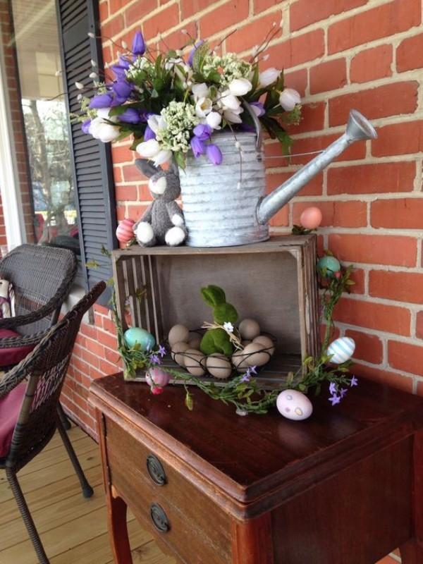 Osterdeko draußen alte Gießkanne mit herrlichen Tulpen Holzkiste mit Ostereiern