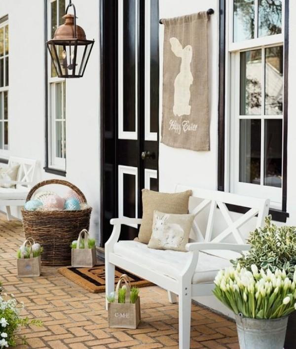 Osterdeko draußen die Veranda festlich dekorieren Hase Laterne weiße Tulpen Sitzbank