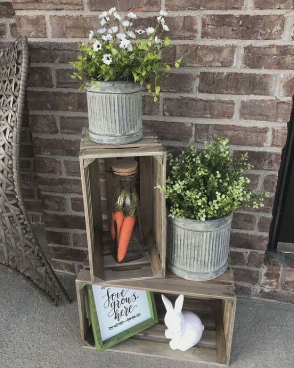 Osterdeko draußen im rustikalen Stil Eimer Holzkiste Hase Karotten