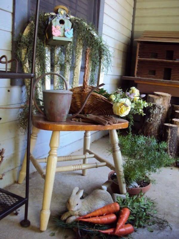 Osterdeko draußen im rustikalen Stil alte Sachen Holztisch Gießkanne Hase Grünpflanze