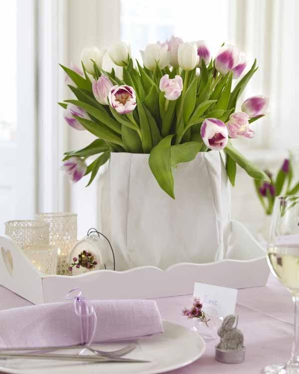 Osterdeko draußen moderne Frühlingsdekoration auf dem Tisch