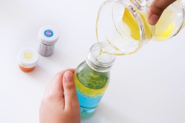 Sensorik Flaschen selber machen Babyspielzeug mit Farbe