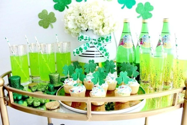 St. Patricks Day Getränkebar geschmückt grünes Bier Getränke