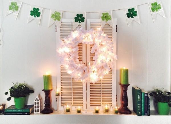 St. Patricks Day Partydekoration zuhause grüne Kerzen Bücher Blumentöpfe Kleeblatt