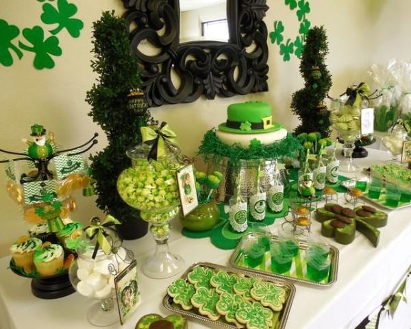 St. Patricks Day festlich dekorierter Tisch ganz in Grün