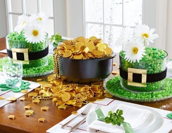 St. Patricks Day festlich dekorierter Tisch grüne Bonbons Goldmünzen aus Schokolade