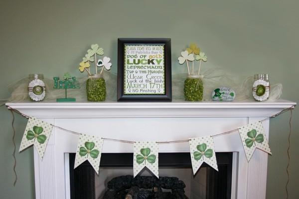 St. Patricks Day festliche Deko auf dem Kaminsims