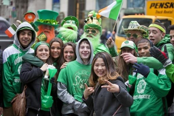St. Patricks Day junge Menschen in Grün gekleidet