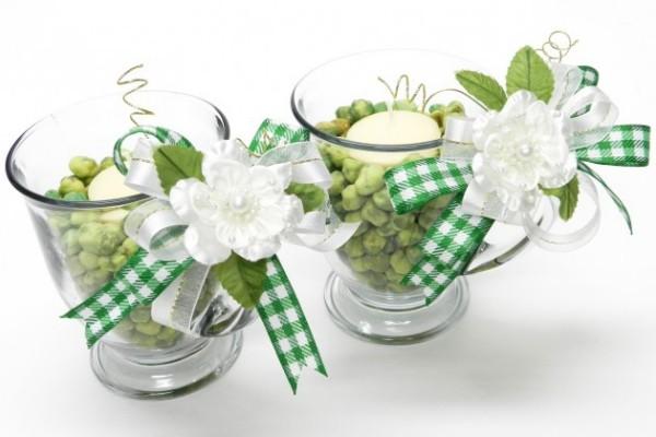 St. Patricks Day weiße Kerzen in Gläsern mit grünen Schleifen dekoriert