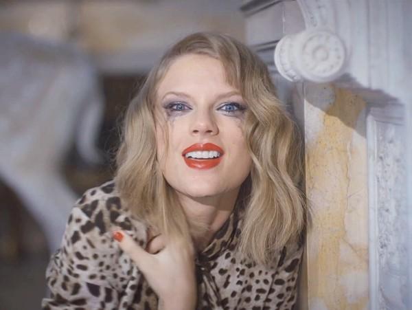 Taylor Swift erscheint auf der Titelseite von Elle UK mit einem persönlichen Essay über Popmusik blank space song ausschnitt femme fatale