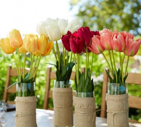 Tulpen im Freien Blüten in verschiedenen Farben schmücken den Esstisch im Freien