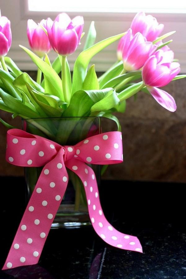 Tulpen im Interieur Blumenarrangement mit Schleife