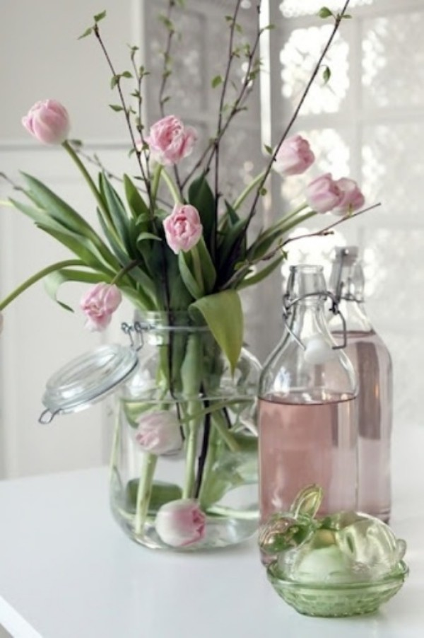 Tulpen im Interieur hellrosa Blüten im Glas