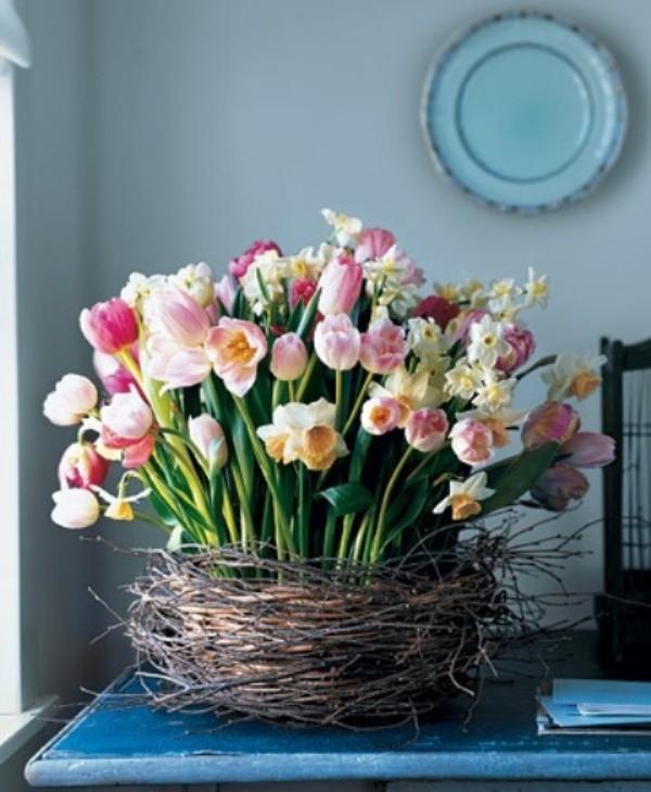 Tulpen im Interieur im geflochtenen Korb richtiger Blickfang