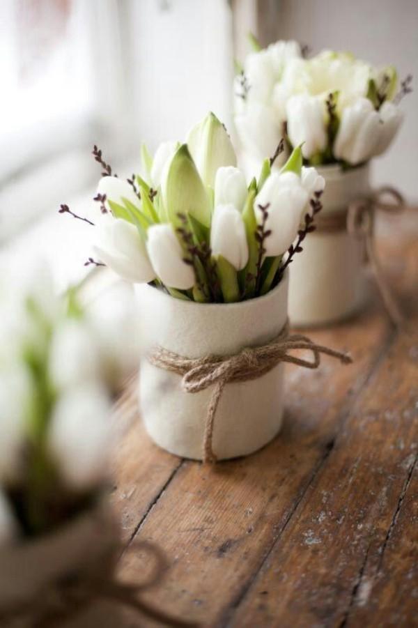 Tulpen im Interieur in weißen Behältern im rustikalen Stil