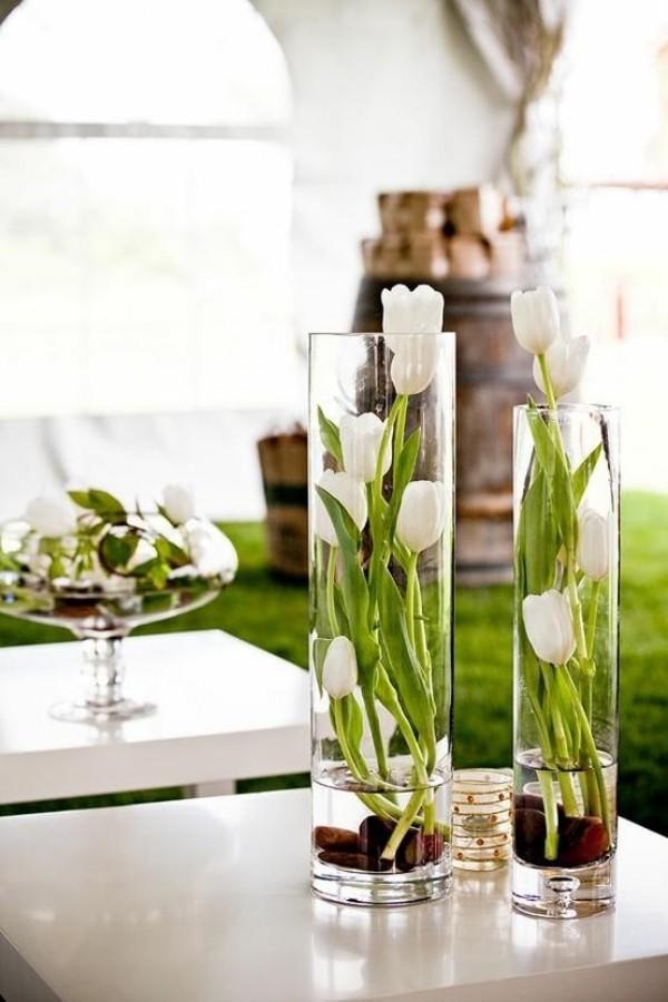 Tulpen im Interieur interessantes Blumenarrangement in hohen Gläsern