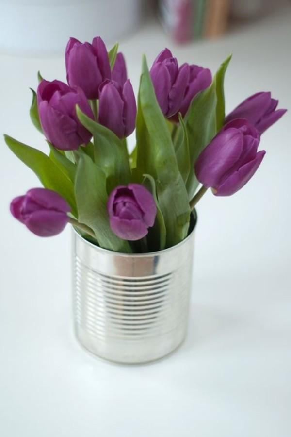 Tulpen im Interieur lila Blüten im silbernen Behälter