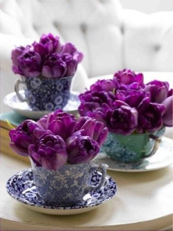 Tulpen im Interieur lila Blüten in weiß-blau gemusterten Tassen